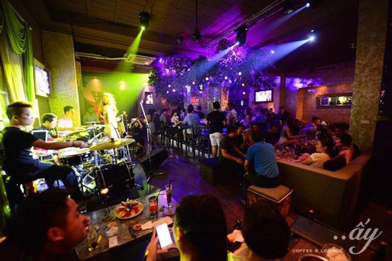 Hàng tháng quán còn tổ mời những ca sĩ nổi tiếng, tổ chức minishow để tạo dấu ấn.