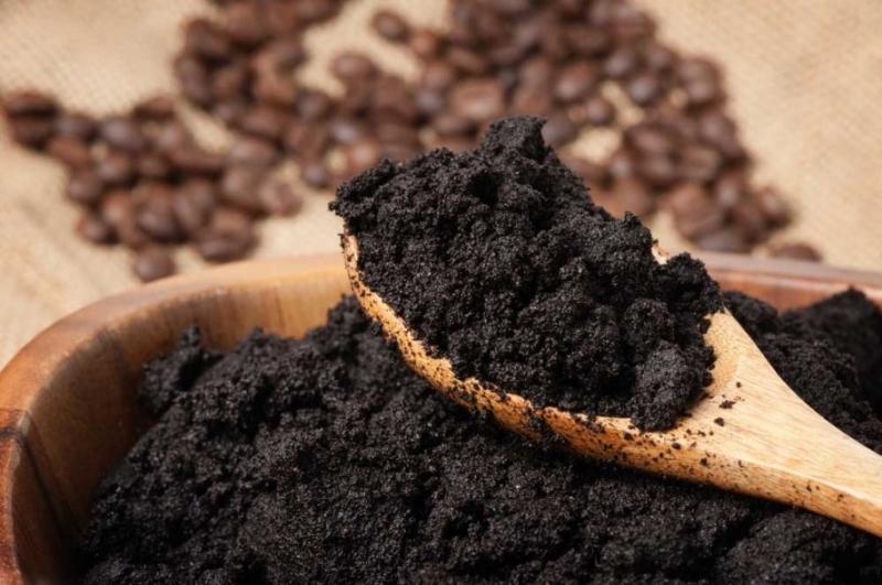 Bã cà phê có tác dụng khử khuẩn, giúp giải phóng mùi hôi chân dễ dàng.