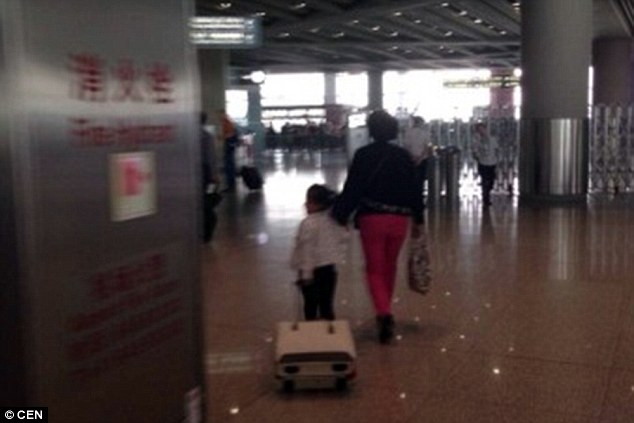 Hai bà cháu thản nhiên rời khỏi máy bay mà không phải chịu án phạt nào - Nguồn: Sưu tầm
