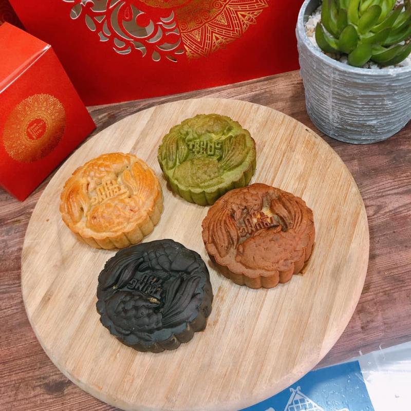 Không chỉ đa dạng trong các loại nhân, bánh ở đây còn vô cùng chất lượng, thơm ăn tới đâu ghiền tới đấy.