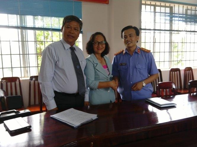 Bà Hà Ngọc Bích tại buổi xin lỗi công khai của VKSND huyện Tân Phú