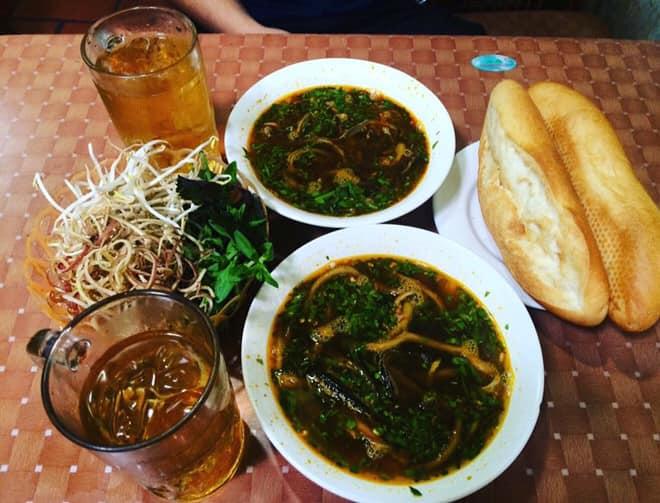 Súp lươn nóng hổi ăn kèm bánh mì