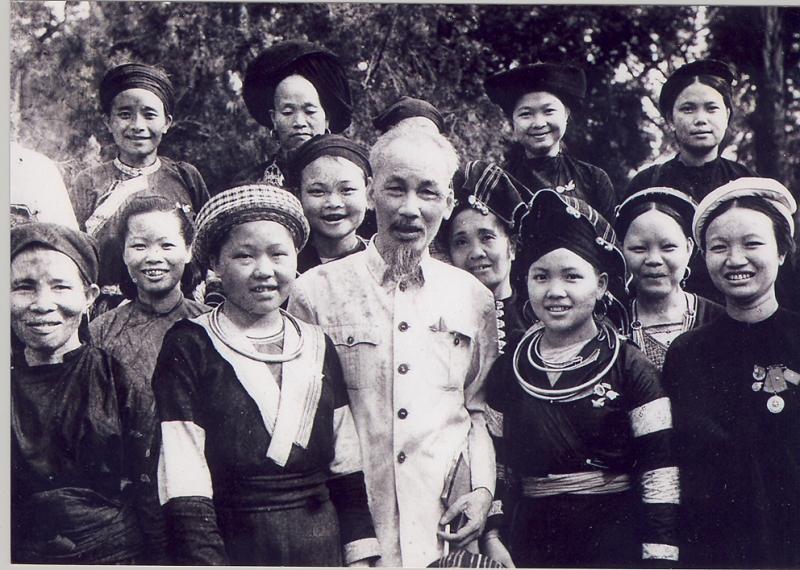 Bác Hồ với người dân tộc