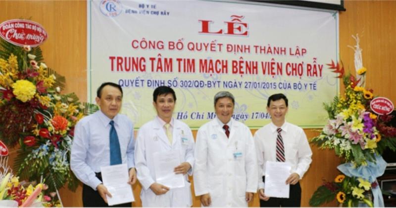Bác sĩ Nguyễn Thượng Nghĩa (ngoài cùng bên trái) bên đồng nghiệp