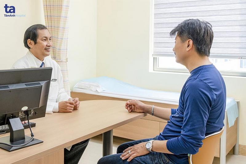 Bác sĩ Từ Thành Trí Dũng đang tiến hành thăm khám bệnh nam khoa