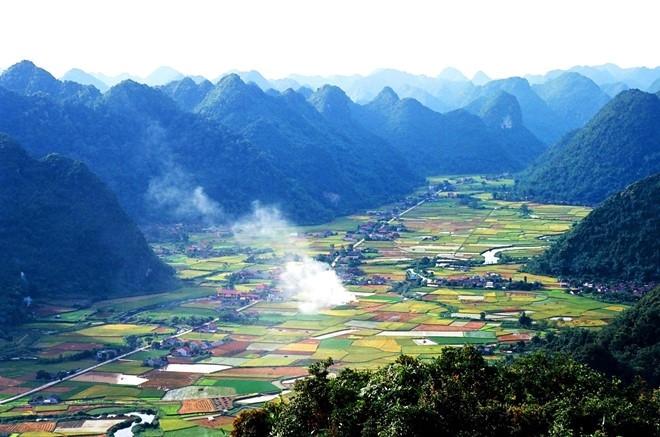 Thung lũng Bắc Sơn nằm gọn trong dãy núi đá vôi trải dài bên những nếp nhà của người dân tộc Tày, Nùng, Dao.