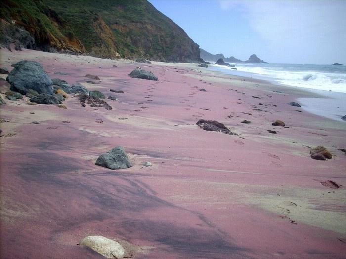 """Với những nét hấp dẫn mà thiên nhiên ban tặng, Pfeiffer- bãi biển cát tím độc nhất vô nhị trên thế giới, là sự lựa chọn tuyệt vời dành cho du khách muốn"""" hạ nhiệt"""" trong tiết trời mùa hè nóng bức."""