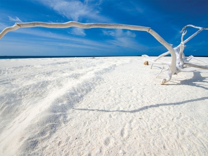 Vẻ đẹp trắng tinh khôi của những bờ cát cát trải dài chính là điểm đến của nhiều du khách trong mùa hè.