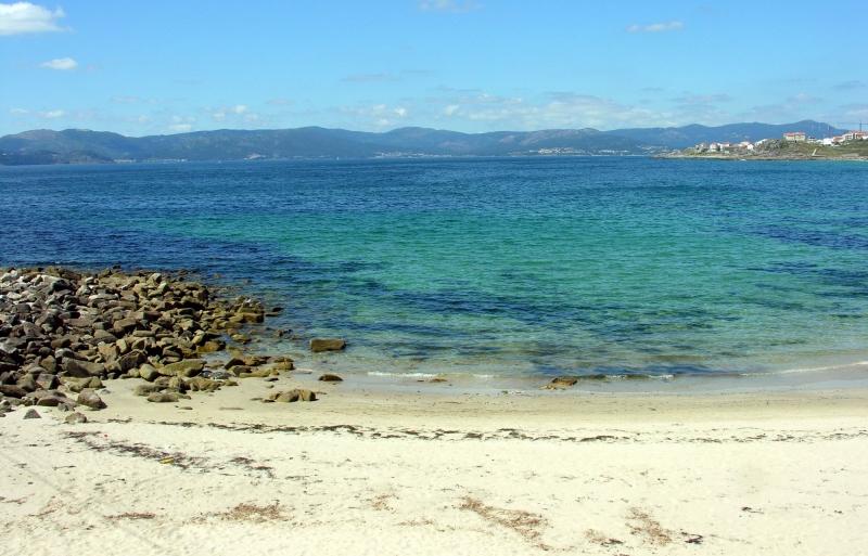 Bãi biển Đồ Sơn với nước biển trong xanh, bờ cát trải dài