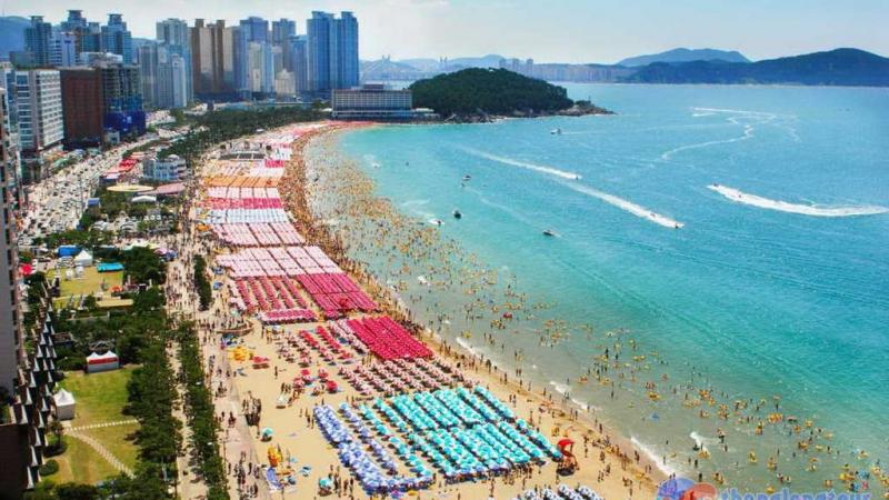 Bãi biển Haeundae thu hút khách du lịch