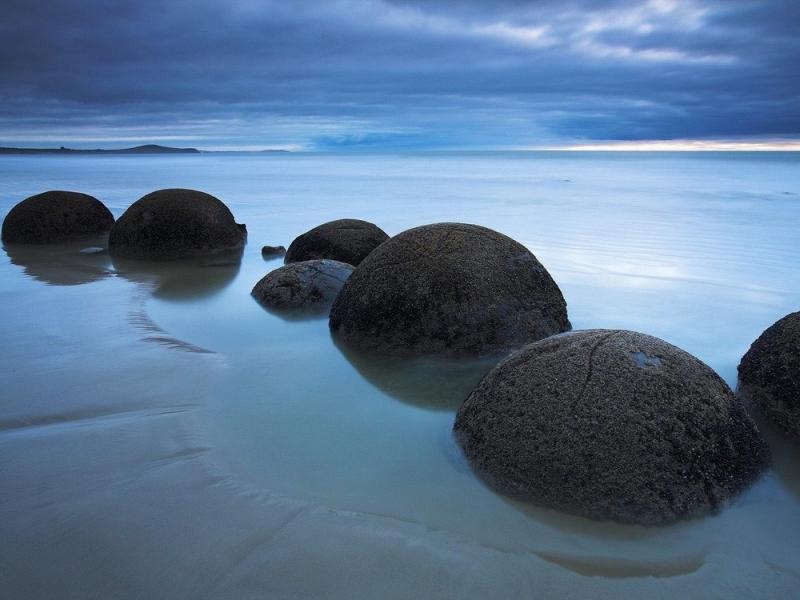Thay cho những bờ đá dài sắc nhọn, những hòn đá Moeraki lại có hình cầu và kích thước lớn bất thường giống hệt những quả trứng rồng trong các câu chuyện cổ tích của người Châu Âu.