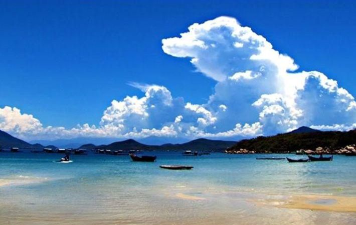 The blue color of the sea in harmony with the sky in Xuan Do creates a cool picture.