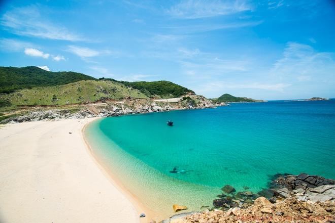 Những dòng nước biển xanh mát, những bãi cát trắng mịn màng chỉ khiến du khách muốn lập tức hoà mình vào nơi đây