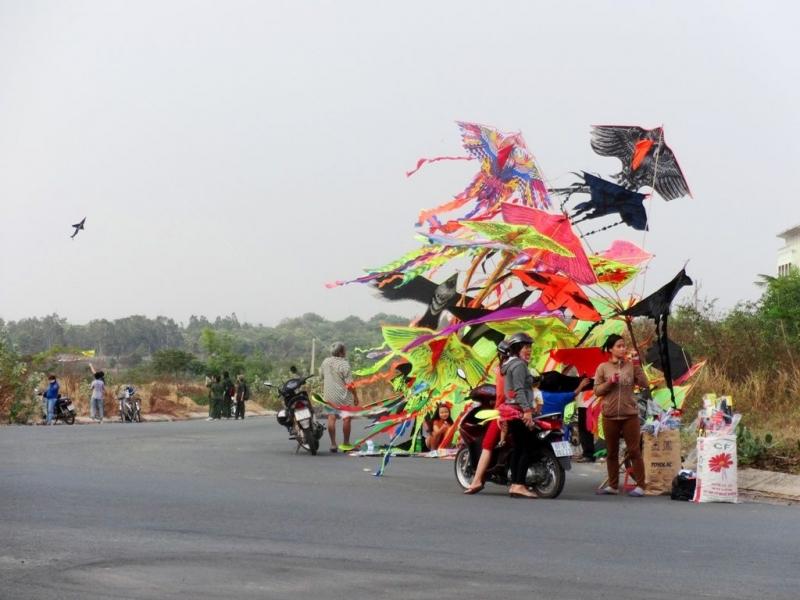 Diều được bán tận nơi tại Hồ Đá với đủ loại hình thù, màu sắc, kích cỡ