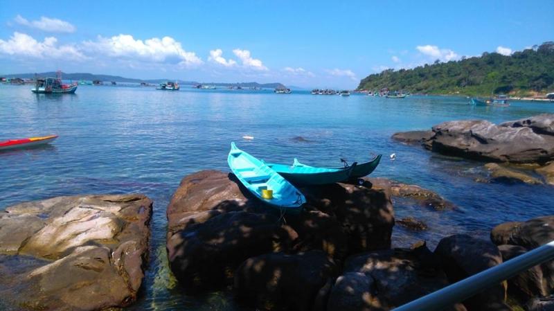 Không chỉ phục vụ du lịch, bãi Gành dầu còn là nơi hoạt động đánh bắt hải sản của người dân