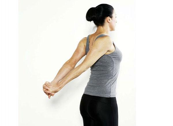 Đẩy tay càng xa để các cơ ngực được duỗi tối đa (Ảnh minh họa từ nangngucnoisoi.vn)