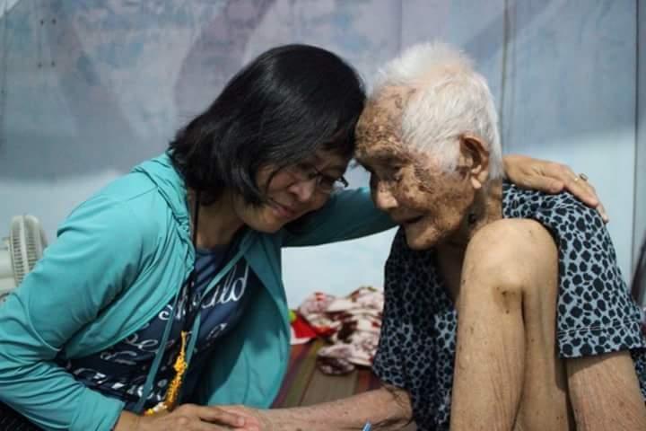 Bên bà mẹ Việt nam anh hùng Nguyễn Thị Thanh 105 tuổi - hiện ở tại thị trấn Năm căn - Cà Mau. Bà có bốn người con, ba trai 1 gái út ba người con trai đều hy sinh. Hiện bà ở cùng cháu ngoại.