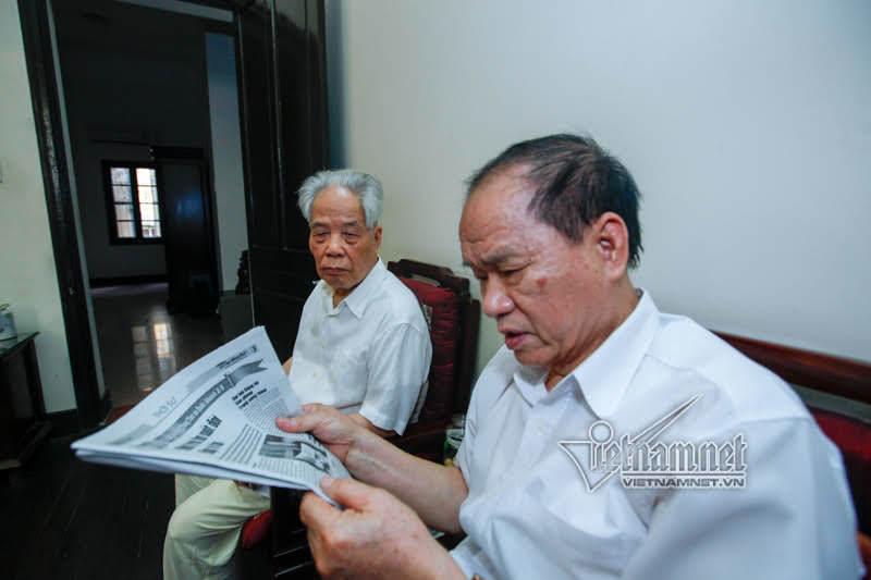 Hằng ngày, ông Phan Trọng Kính đọc báo cho nguyên Tổng bí thư Đỗ Mười nghe. Ảnh chụp tháng 2/2016. Ảnh: Phạm Hải