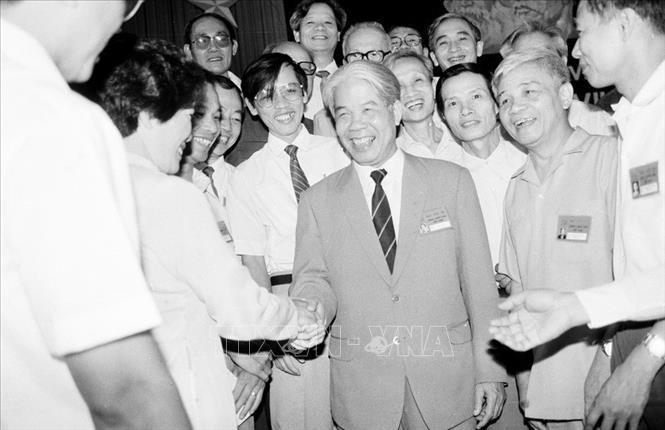 Tổng bí thư Đỗ Mười với các đại biểu dự Đại hội 7 Đảng Cộng sản Việt Nam (tháng 6/1991)