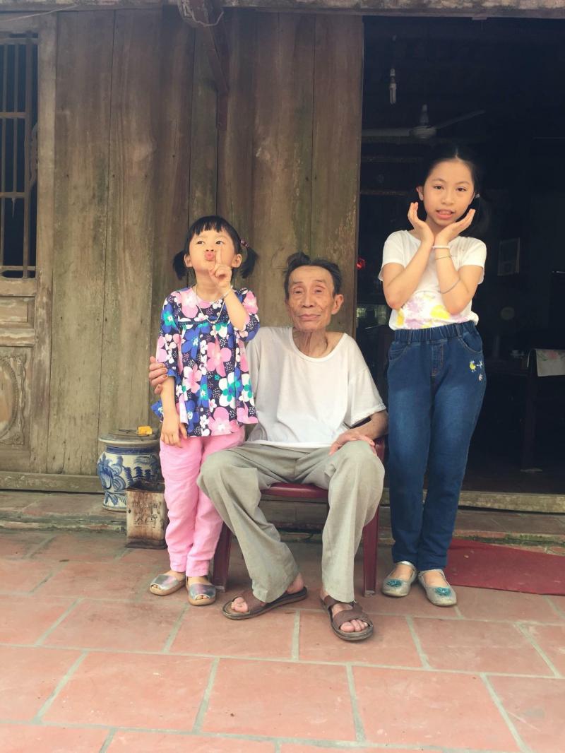 Nhà thơ Nguyễn Văn Chương cùng các cháu