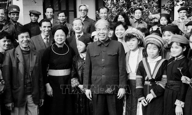 Tổng bí thư Đỗ Mười thăm trường PTTH dân tộc tỉnh Tuyên Quang, tháng 2/1992