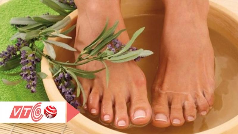 Ngâm chân với nước ấm và gừng phòng bệnh thấp khớp
