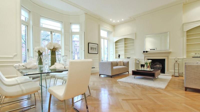 Nếu nhà có thói quen dùng trải thảm, thì cần sử dụng các tấm thảm có màu sắc giống nhau hoặc gần giống nhau.