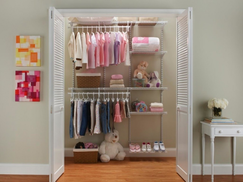 Viền trên và viền dưới của tủ được thiết kế theo hình lượn sóng khiến chiếc tủ khô cứng trở nên mềm mại.