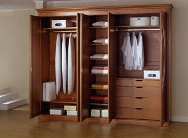 Ngăn tủ rộng rãi, có một thanh ngang trên cao để có thể mắc quần áo treo lên đó.