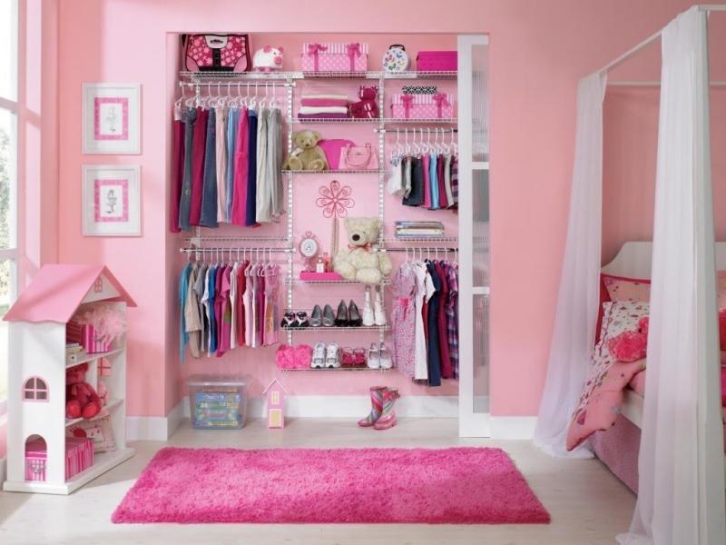 Chiếc tủ này em không chỉ đựng quần áo thôi đâu, em còn đựng cả những con búp bê và đồ chơi.
