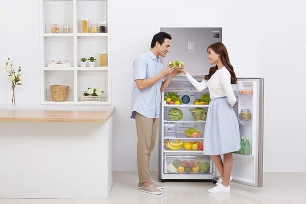 Tủ lạnh nhà em có chiều cao là một phảy bảy mét với dung tích ba trăm hai mươi lít gồm hai cửa.