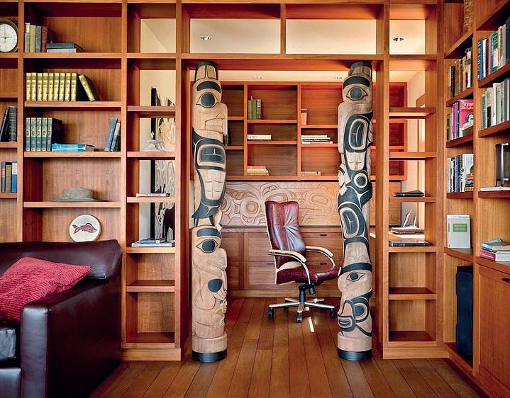 Cái tủ được kê sau bàn làm việc của bố, chiếm gần hết bức tường phía trái căn phòng.