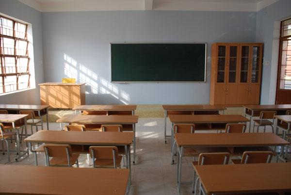 Bàn học sinh ở trường