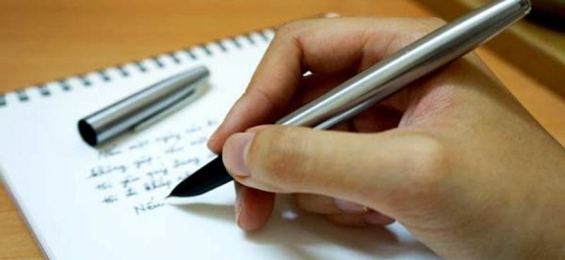 Cây bút có chiều dài khoảng mười lăm xăng-ti-mét, gần bằng gang tay em.