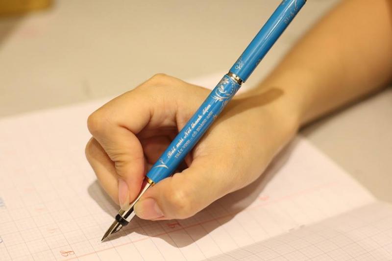 Có thể nói rằng, từ khi có chiếc bút, chữ viết của em dường như đẹp hơn, mềm mại, duyên dáng hơn.