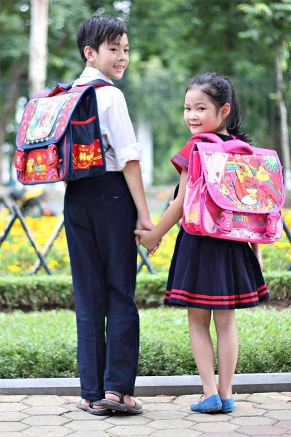 Hàng ngày chiếc cặp đều cùng em bước tới trường.