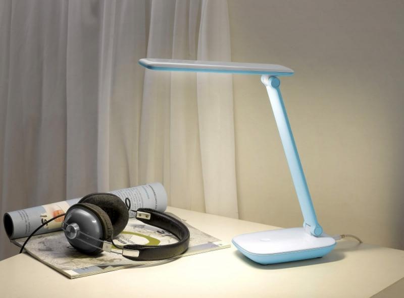 Thân đèn là một cái ống hình tròn màu trắng giống như một cái lò xo.
