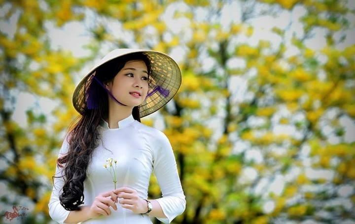 Chiếc nón của em xinh xinh màu trắng ngà láng bóng.