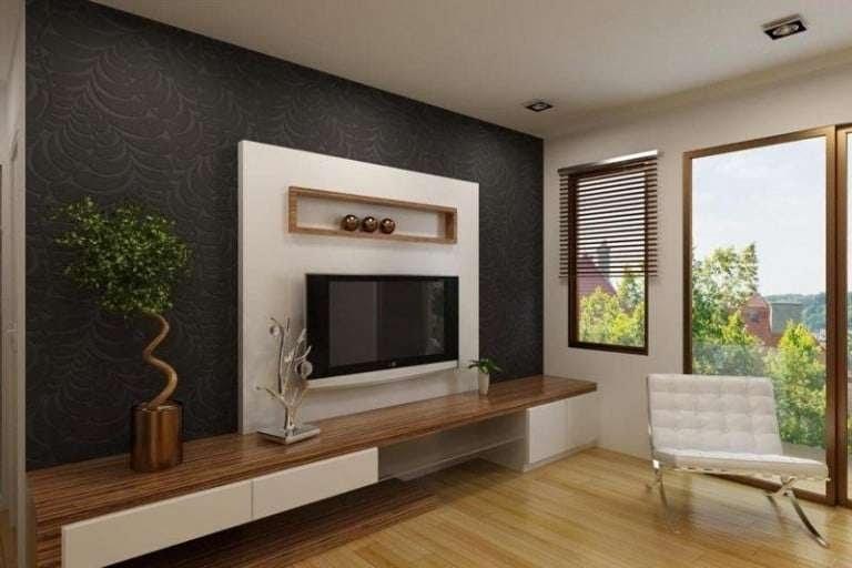Tivi được bố mẹ nâng niu, treo ở tường phòng khách và ở ngay bên cạnh cửa ra vào.