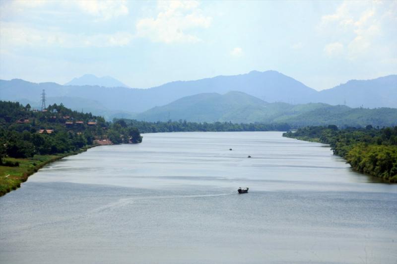 Mặt sông xanh biếc,gợn sóng lăn tăn