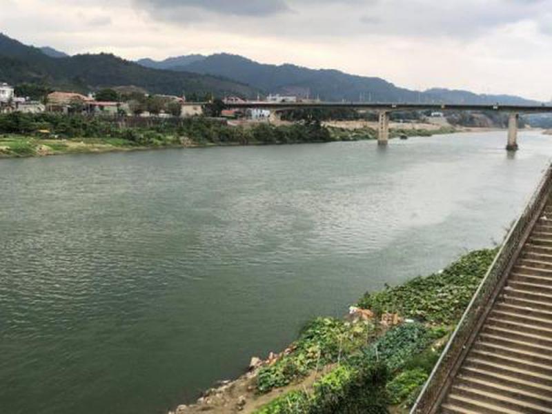 Đôi bờ sông Hồng