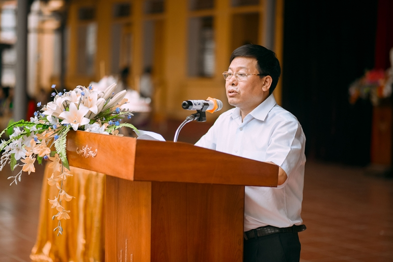 Khi đến trường, thầy mặc áo sơ mi trắng, quần tây đen trông rất lịch sự.