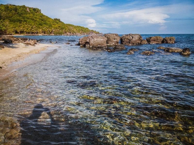 Bãi biển hoang sơ với những ghền đá và nước biển trong vắt