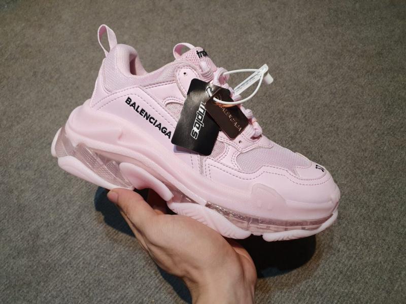 """Sở dĩ những đôi giày thuộc hiệu Balenciaga lại """"nổi như cồn"""" là bởi chúng sở hữu thiết kế khá độc,"""