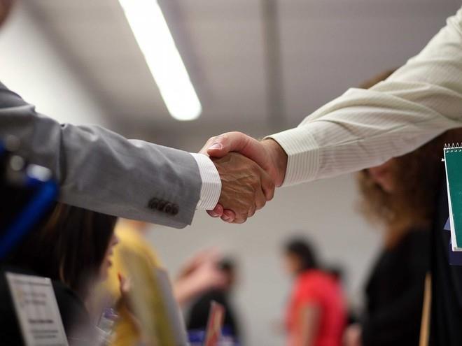 Hãy luôn cẩn thận với việc kết giao bạn bè vì bạn sẽ có xu hướng giống với những người mình kết giao