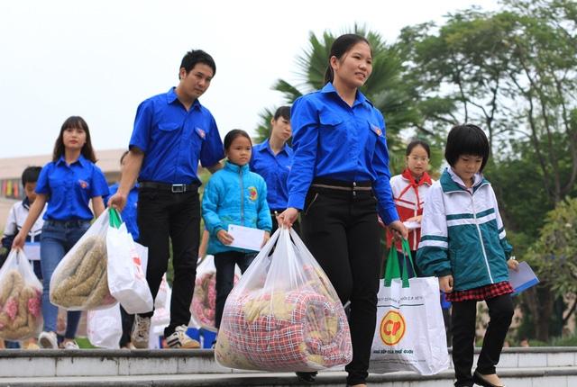 Khuyên góp ủng hộ dân vùng lũ lụt.