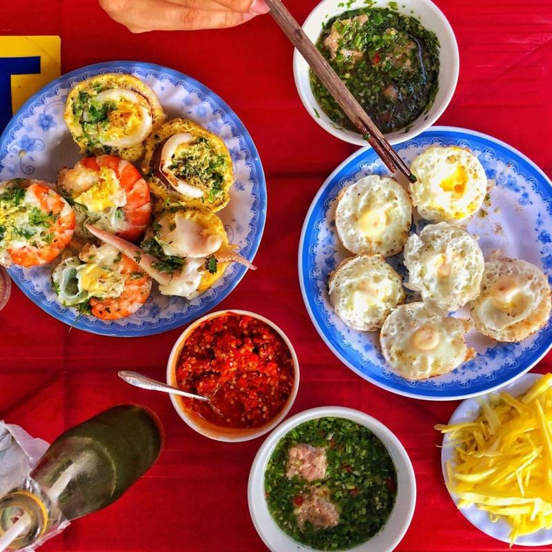 Bánh căn Nha Trang được đặt trên đĩa nhìn rất đẹp