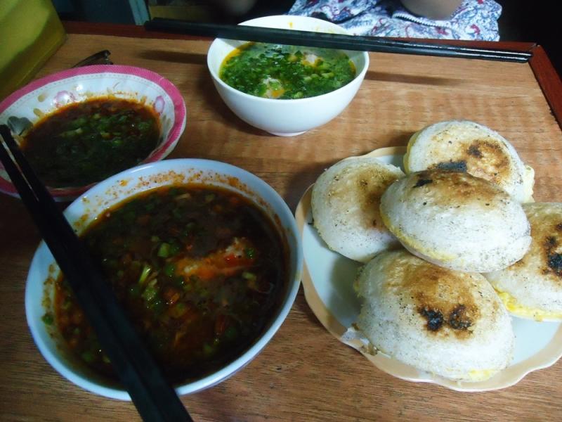 Món bánh của quán và đồ ăn kèm