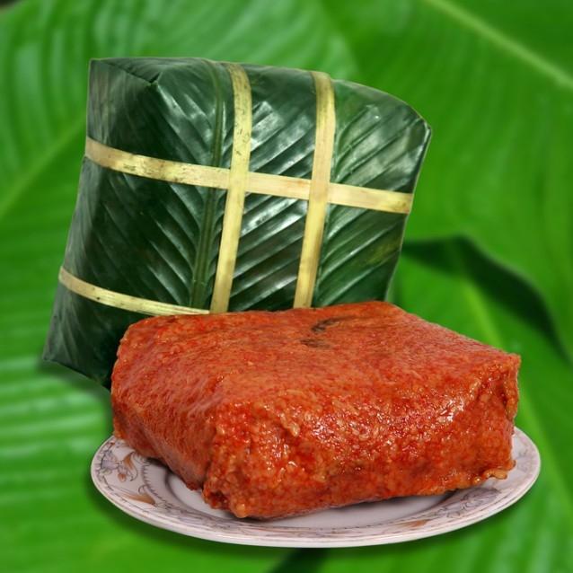 Bánh chưng đỏ tượng trưng cho sự sung túc, hạnh phúc tràn đầy