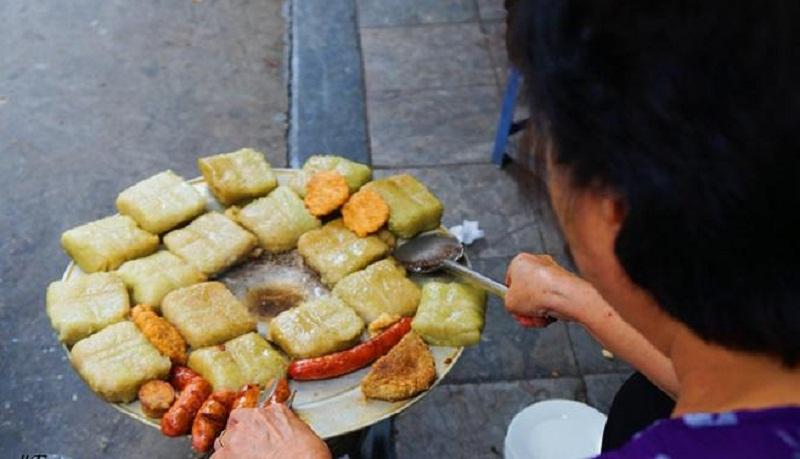 Đây là quán duy nhất ở Hà Nội bán nửa cái bánh chưng cho khách